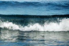 Duża burzowa ocean fala błękitna woda tło Fotografia Stock