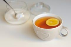 Duża ceramiczna filiżanka z herbatą i cytryną na bielu stole Zdjęcie Royalty Free