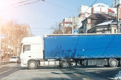 Duża ciężarówka przy rozdrożami obrazy stock