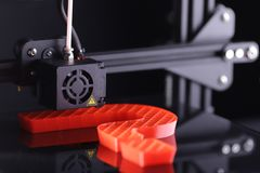 Duża czerwona rzeźba w formie znak zapytania maufactered 3D-printer od czerwonego klingerytu w ciemnym eleganckim otaczaniu obrazy royalty free