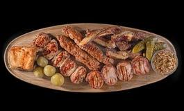 Duża drewniana deska z asortowanymi mięsami, najlepiej słuzyć jako kamrat dla piwa lub innych alkoholów napojów Obraz Royalty Free
