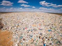 Duża góra gospodarstwo domowe śmieci na tle niebieskie niebo z chmurami Fotografia Stock