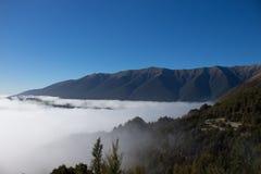 Duża góra należy jezioro fotografia stock