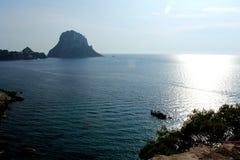 Duża i ogromna ostrosłupowa skała dzwonił Es Vedrà ¡ blisko wyspy Ibiza w morzu śródziemnomorskim fotografia royalty free
