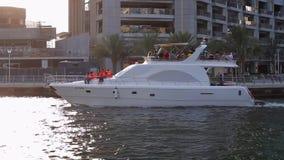 Duża jacht przejażdżka na zatoce w Dubaj zbiory wideo