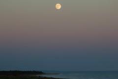 Duża księżyc nad morzem Obraz Stock