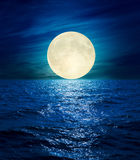 Duża księżyc nad nocy morzem Fotografia Stock