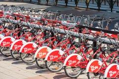 Duża liczba miasto bicykle na parking Fotografia Stock