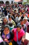Duża linia kobiety oczekuje dla rządowej pomocy zdjęcia stock