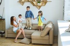 Duża młoda rodzina ma zabawę w domu Zdjęcia Royalty Free