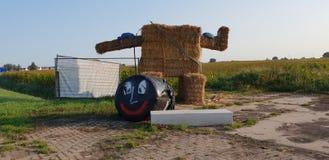 Duża mascotte budowa słoma niszczył w nocy opiłymi młodzi ludzie w Zevenhuizen zdjęcia royalty free
