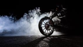 Duża moc motocyklu siekacz z mężczyzna jeźdzem przy nocą obraz royalty free