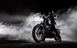 Duża moc motocyklu siekacz z mężczyzna jeźdzem przy nocą obrazy royalty free