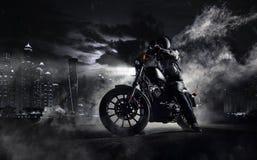 Duża moc motocyklu siekacz z mężczyzna jeźdzem przy nocą Fotografia Royalty Free