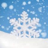 Duża płatek śniegu zabawka z opadem śniegu na nieba tle Zdjęcia Stock