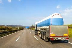 Duża paliwowego gazu tankeri ciężarówka na autostradzie obraz royalty free
