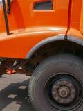 Duża pomarańczowa usyp ciężarówka zdjęcia stock