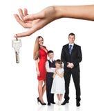 Duża ręka daje kluczom młoda rodzina Obrazy Royalty Free