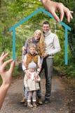 Duża ręka daje kluczom młoda rodzina Fotografia Royalty Free