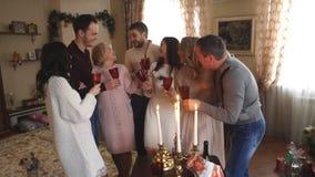 Duża rodzina świętuje Bożenarodzeniowego szampana i pić zbiory