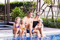 Duża rodzina siedzi basenem w willi Mama, tata i trzy córki, Pojęcie szczęśliwa rodzina, ampuła zdjęcia stock