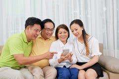 Duża rodzina z smartphone zdjęcia stock