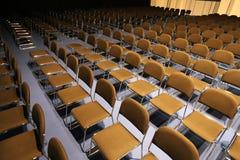 Duża sala konferencyjna pełno puste siedzenia Fotografia Royalty Free