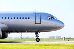 Duża samolotowa część na pasie startowym Obraz Royalty Free