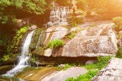Duża siklawa na skałach Fotografia Royalty Free