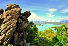 Duża skała z jeziorem przy plecy Obrazy Stock