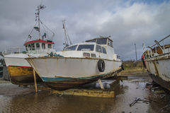 Duża stara ośniedziała stalowa łódź Obrazy Royalty Free