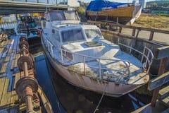 Duża stara ośniedziała stalowa łódź Obrazy Stock