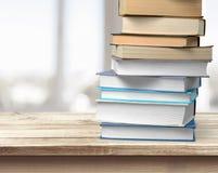 Duża sterta książki na drewnianym stole Obrazy Stock