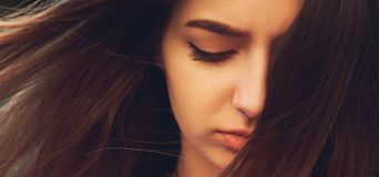 Duża strata Smutna kobieta z negatywną emocją obrazy royalty free
