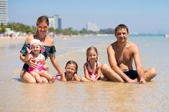 Duża szczęśliwa rodzina ma zabawę przy plażą pojęcie duża rodzina przy morzem Wyrzucać na brzeg modę obrazy stock
