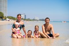Duża szczęśliwa rodzina ma zabawę przy plażą pojęcie duża rodzina przy morzem Wyrzucać na brzeg modę obraz stock