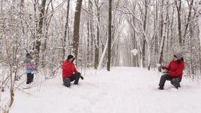 Duża szczęśliwa rodzinna sztuka snowballs w zima parku zdjęcie wideo