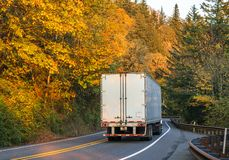 Duża takielunku semi ciężarówka odtransportowywa semi przyczepę z ładunkiem na windi fotografia royalty free
