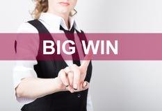 Duża wygrana pisać na wirtualnym ekranie Technologii, interneta i networking pojęcie, kobieta w koszula czarnych biznesowych pras Zdjęcie Royalty Free