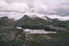 Duża wysokość skalisty krajobraz i mały jezioro Majestatyczny wysokogórski krajobraz z dramatycznym burzowym niebem Szeroki kąta  Zdjęcia Stock