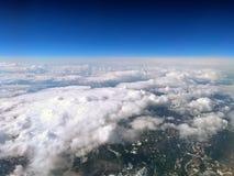 Duża wysokość widok ziemia od samolotu z głębokim niebieskim niebem i chmurami zakrywa góra krajobraz Fotografia Royalty Free