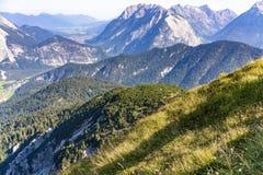 Duża wysokość wysokogórski widok niewygładzeni halni szczyty Zdjęcia Royalty Free