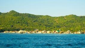 Duża wyspa w tropikalnym kraju z zmrokiem - błękitny morze z zielonym drzewem i jasnym niebem w karimun jawie zdjęcia stock
