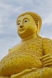 Duża Złota Buddha statua nad scenicznym bielem i niebieskie niebo przy Watem S Obrazy Royalty Free