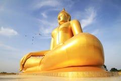 Duża złota Buddha statua Wat Moung w Angthong prowinci, Zdjęcie Royalty Free