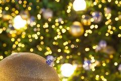 Duża złota piłka dekoruje używał dla święto bożęgo narodzenia w Fotografia Stock