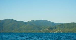 Duża zielona wyspa z głębokim błękitnym morzem na tropikalnym wyspy karimun jawie fotografia stock