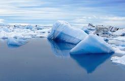 Duże błękitne góry lodowa w Jokulsarlon gleczeru lagunie Iceland Zdjęcie Stock