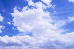 Duże białe chmury unoszą się w niebie Obraz Royalty Free