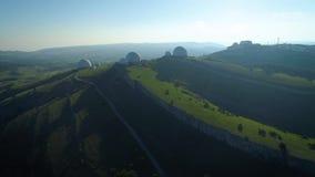 Duże białe piłki na górze Obserwatorium w Rosja Używać mierzyć pogodę i radionavigation zdjęcie wideo